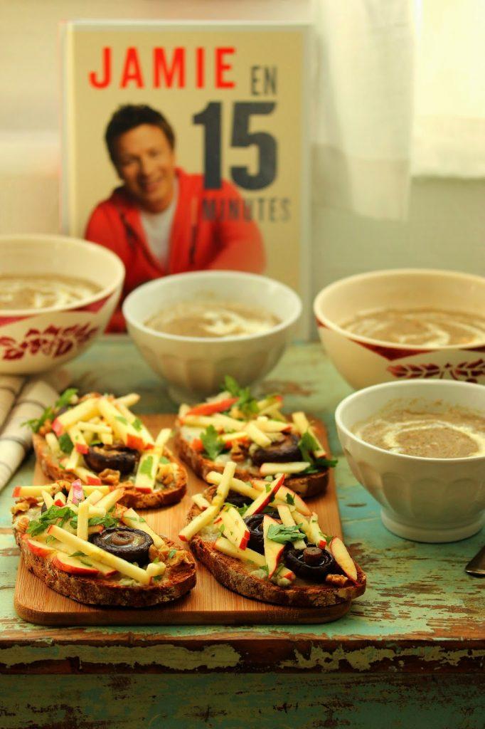 Recette express de soupe aux champignons croûtons au gorgonzola, pommes et noix de Jamie Olivier