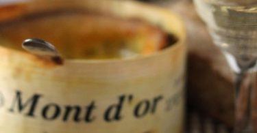 Fromage mont'Or au four servi avec du pain grillé