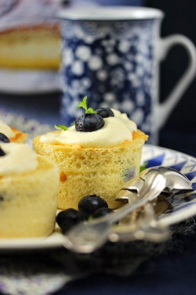 Cupcakes magiques aux myrtilles avec un glaçage au chocolat blanc.