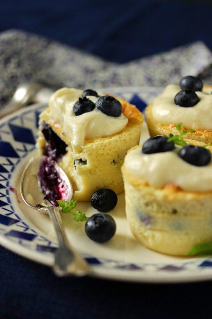 Cupcakes magiques aux myrtilles à déguster pour le goûter.