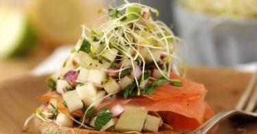 Salade fraîche au saumon fumé sur tartine de pain