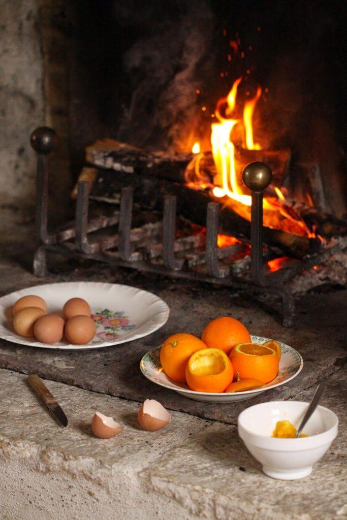Préparation des oeufs cocotte pour cuisson dans la cheminée