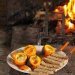 Oeuf cocotte dans une orange cuite à la braise