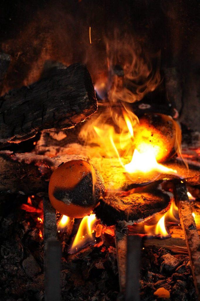 Cuisson des oeufs cocotte dans la cheminée