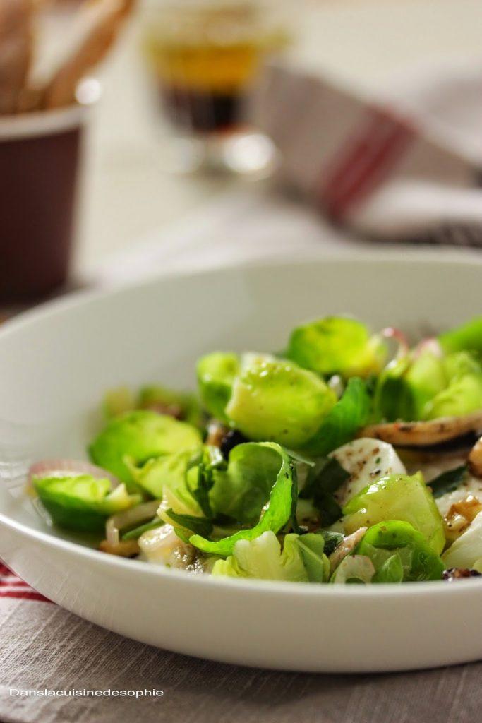 Salade de feuilles de choux de Bruxelles, mozzarella et anchois à partager