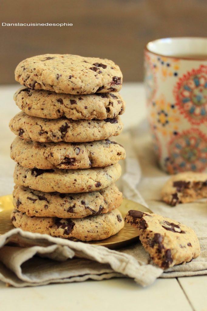 Pile de cookies aux amandes, pépites de chocolat et pâte de pistaches
