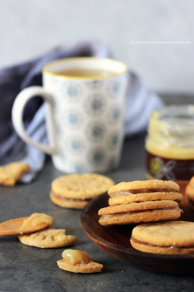Biscuits fourrés au lemon curd à déguster avec une tasse de thé