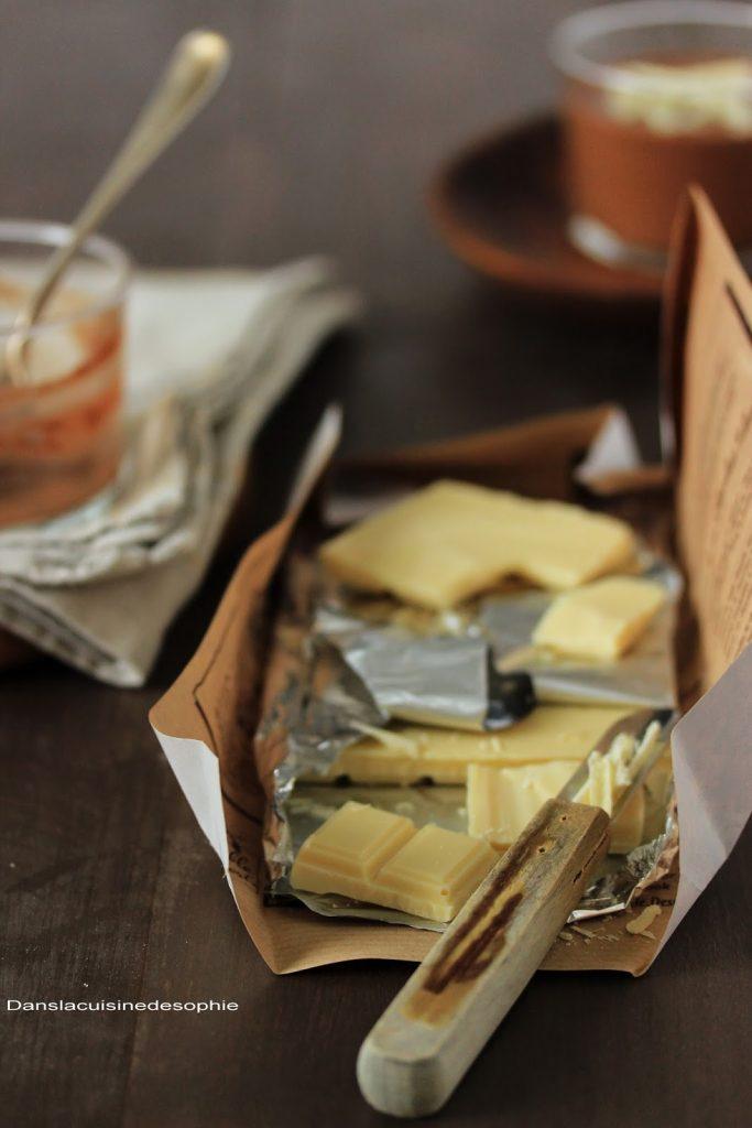 Tablette de chocolat blanc pour décorer un dessert au chocolat