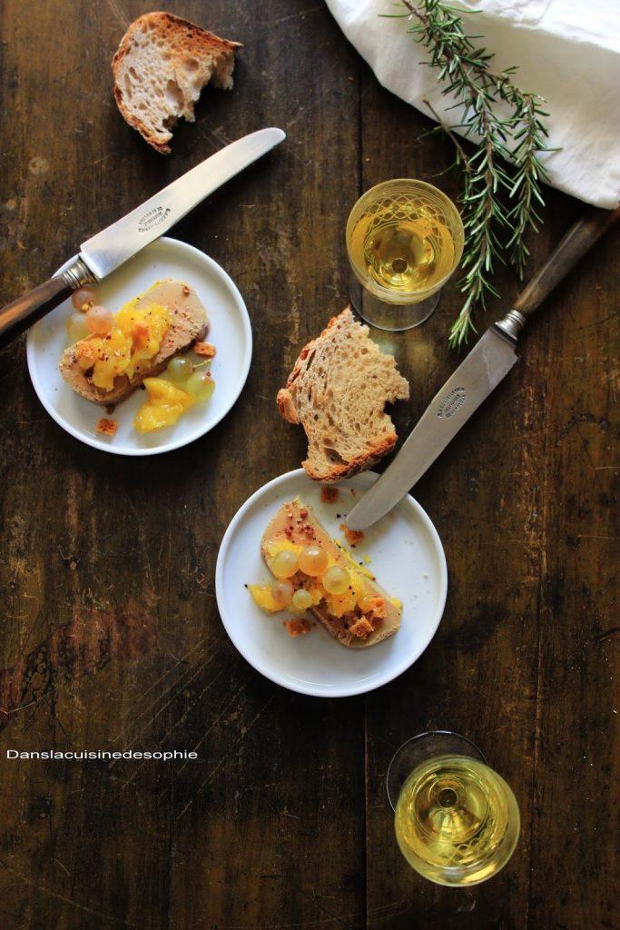Foie gras et chutney de mangue vu de haut servi avec un vin de Jurançon.
