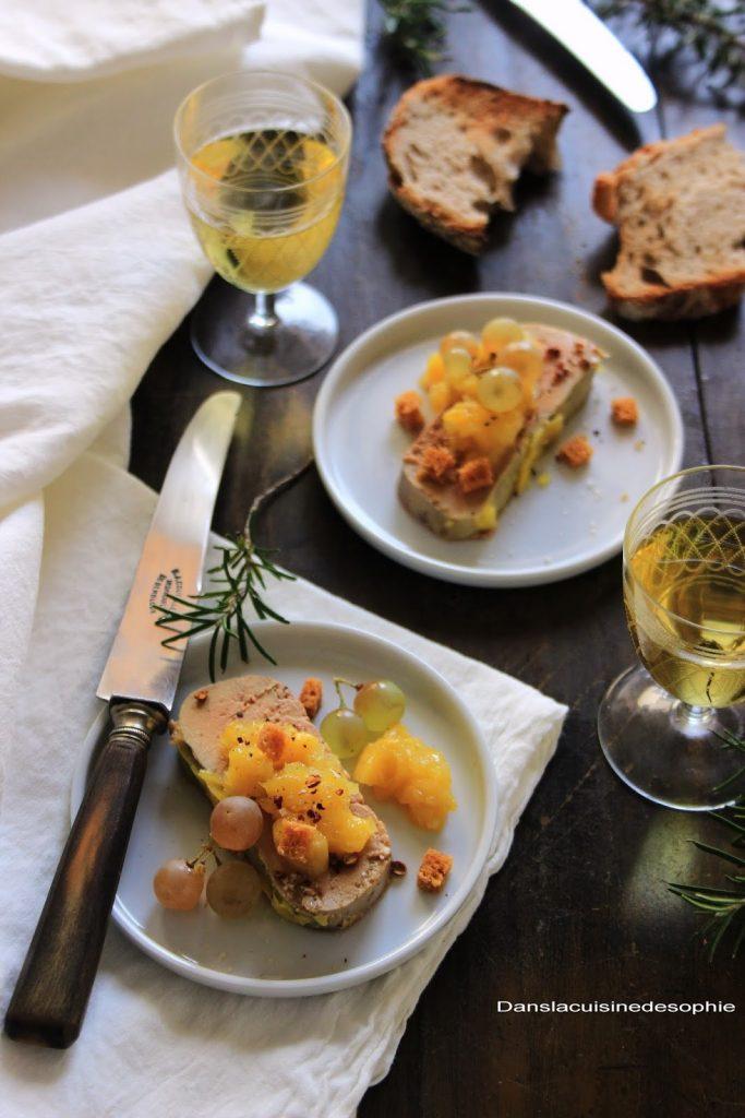 Terrine de foie gras, chutney à a mangue et aux épices servi à l'assiette