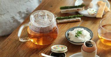 Table de Pâques avec oeuf coquet au caviar et mouillettes d'aperges vertes