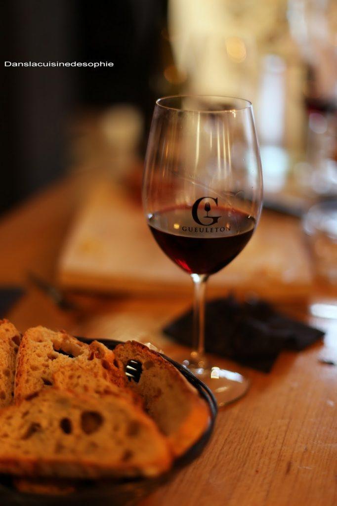 Verre de vin rouge. Le Gueuleton - Restaurant dans le centre-ville de Pau présent à Agen, Angers, Nérac et Royan.