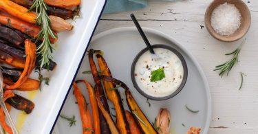Carottes anciennes rôties au four, sauce au yaourt