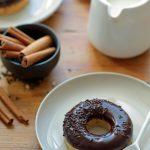 Donuts sans friture glaçage au chocolat et aux épices