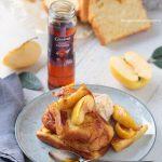 Tranches de brioches dorées à la poêle, pommes à la cannelle et sauce caramel