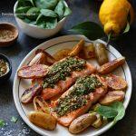 Saumon grillé avec des pommes de terre rôties et sauce chimichurri