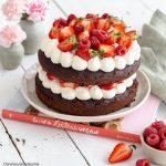 Layer cake vegan au chocolat garni de fruits rouges et chantilly coco