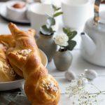 Petits pains briochés façonnés en forme de lapin pour Pâques