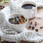 Bol de granola maison aux flocons d'avoine et sirop d'érable