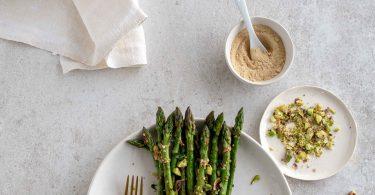 Asperges vertes poêlées, pistaches, gingembre et ail rôti