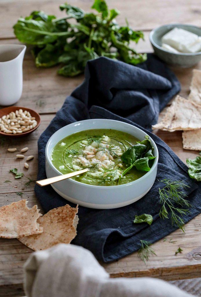 Soupe de légumes verts, herbes fraîches et féta.