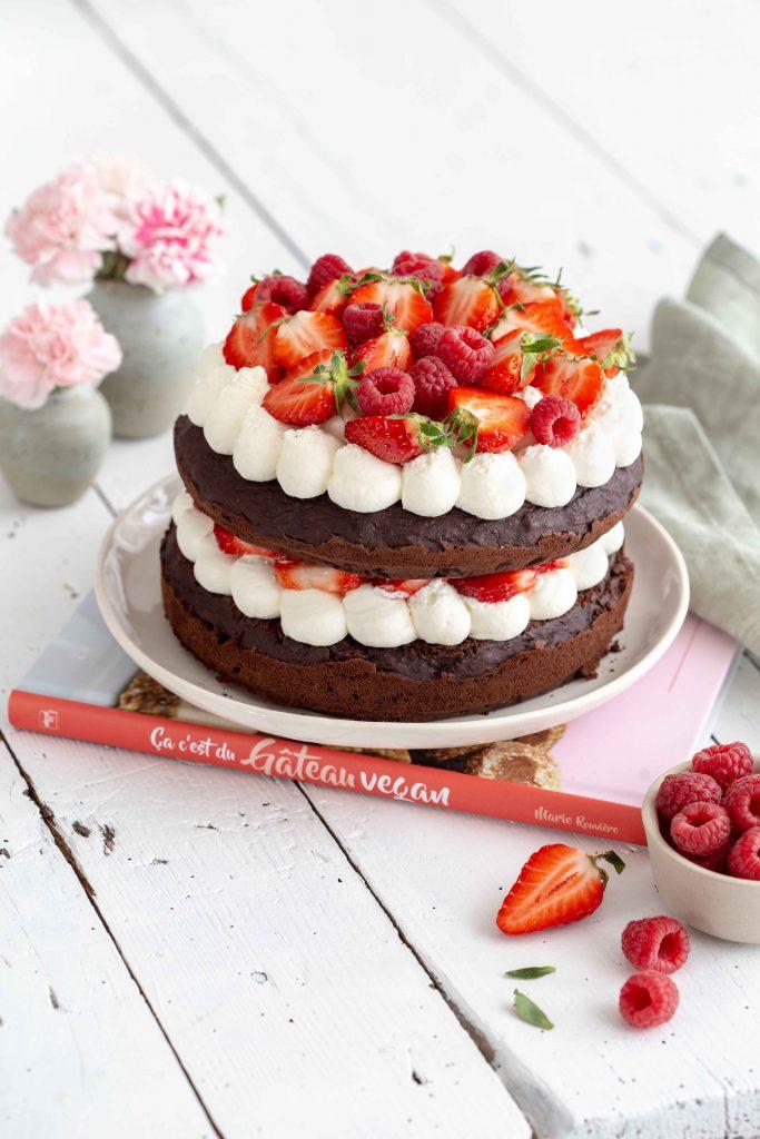 Gâteau à étage type layer cake au cacao et aux fruits rouges