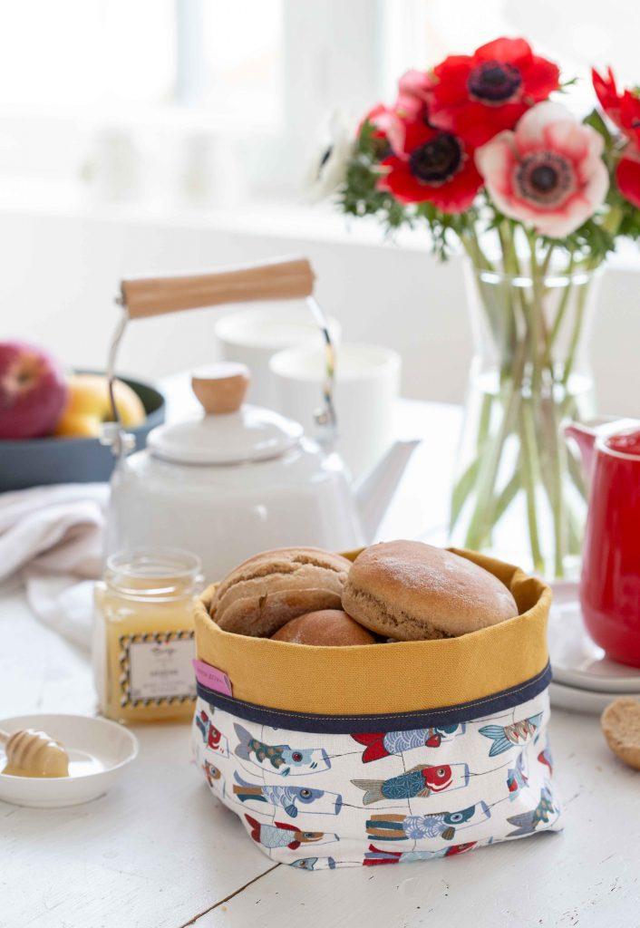 Table de petit déjeune avec muffins pour le petit déjeuner