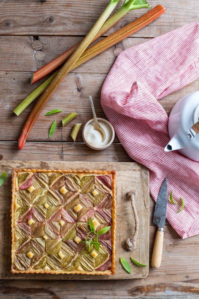 Tarte graphique à la rhubarbe après cuisson
