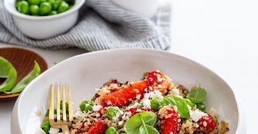 Salade veggie au quinoa, petits pois et fraises