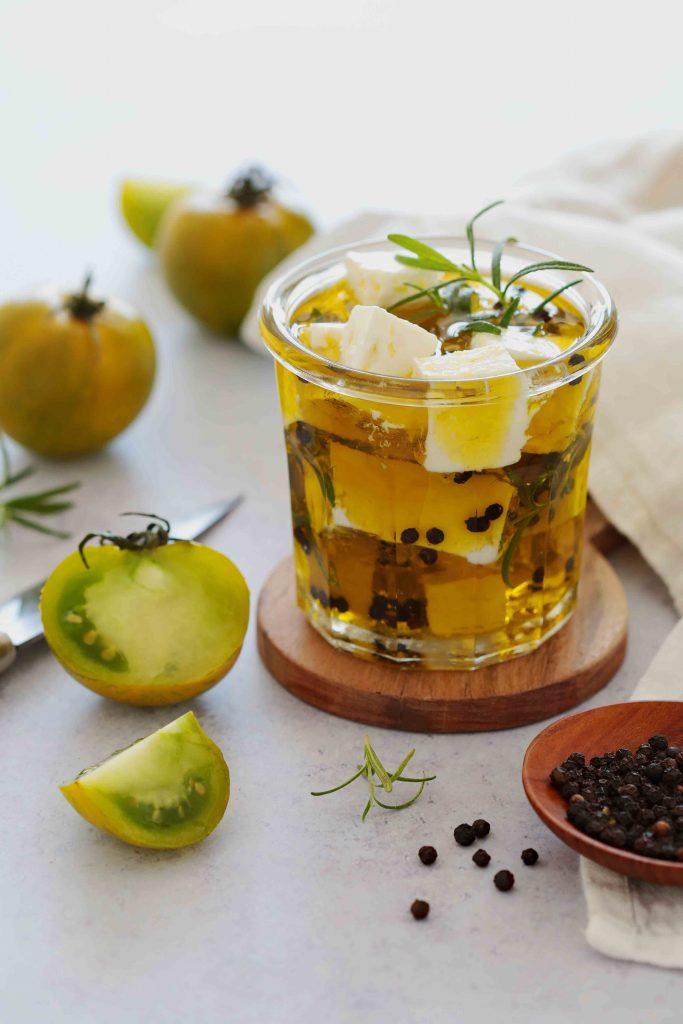 Féta marinée à l'huile d'olive, poivre et herbes fraîches