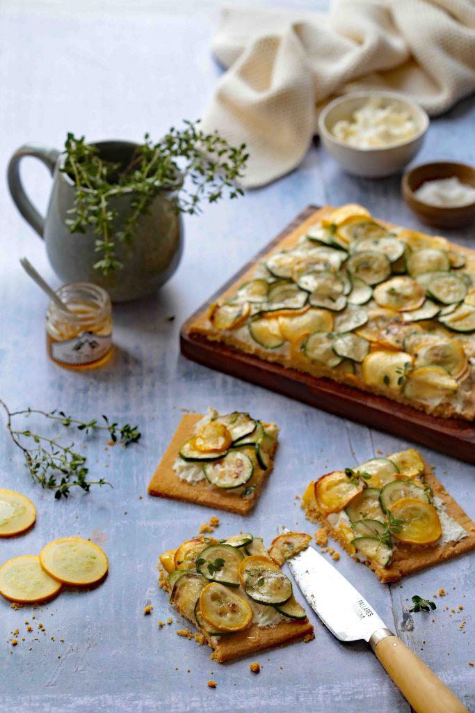 Tarte fine aux courgettes jaunes et vertes et fromage frais