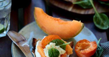 Tartine de ricotta et mascarpone au melon et à l'abricot