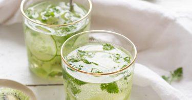 Verres avec eau detox au kiwi, concombre et cerfeuil
