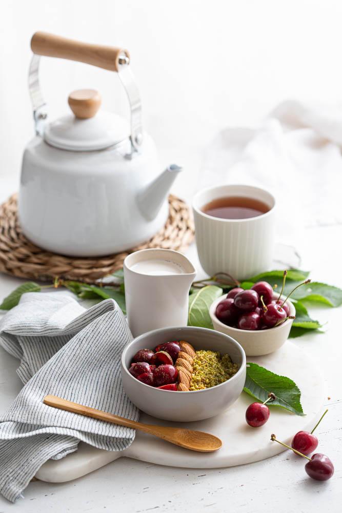 Matcha bowl ig bas et vegan aux pistaches et cerises pour le petit déjeuner