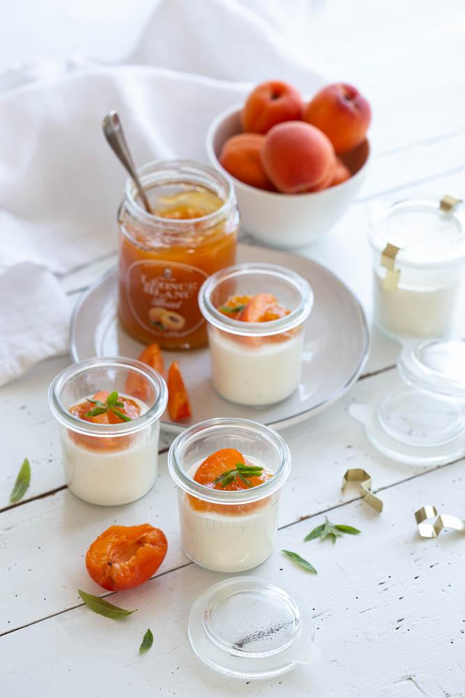 Panna cotta à la vanille et aux abricots