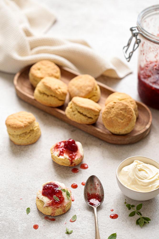 Assiette de scones garnis de crème épaisse de de confiture de fraises maison