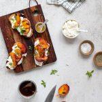 Tartine pêches rôties et ricotta huile d'olive et miel
