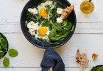 Oeufs au plat, ricotta et kale
