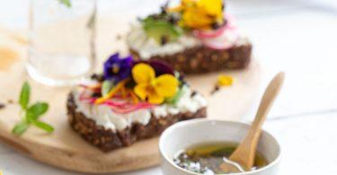 Tartines végétarienne au fromage frais et aux fleurs comestibles