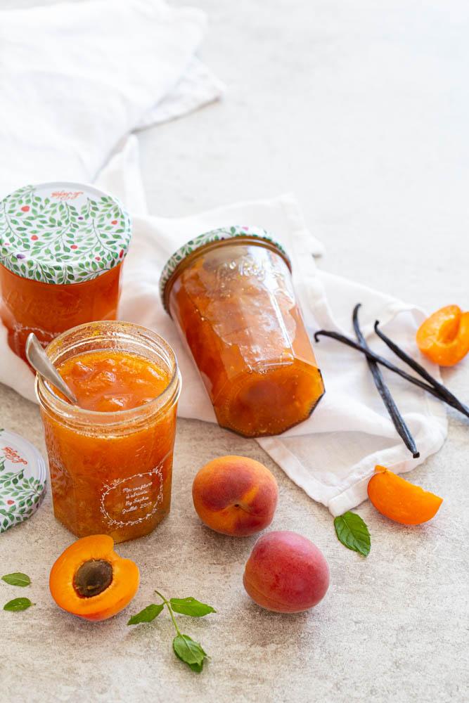 Pots de confiture maison d'abricots à la vanille