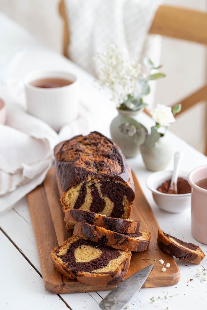 Gâteau marbré à partager au yaourt à la vanille et cacao. A déguster au goûter avec une tasse de thé