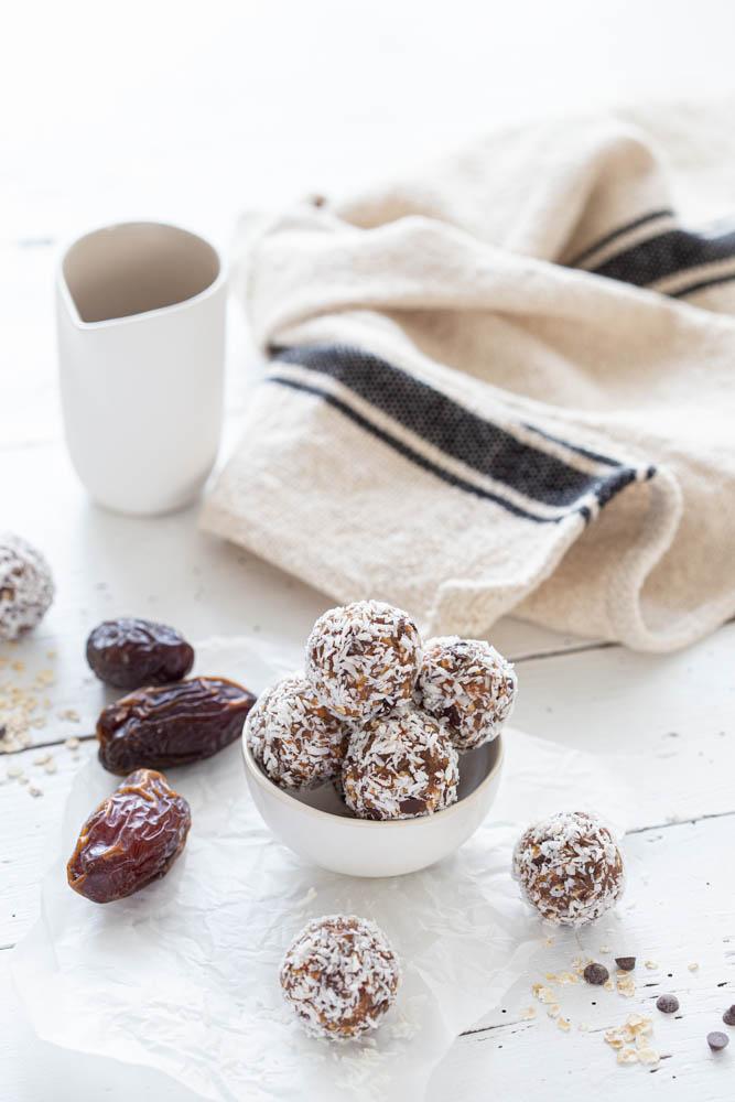 Energy balls aux dattes, beurre de cacahuète, flocons d'avoine et pépites de chocolat pour faire le plein d'énergie. Sain et healthy !
