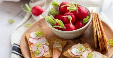 Tartines de houmous aux radis pour l'apéritif
