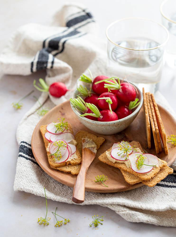 Tartines de houmous aux radis roses et fleur d'aneth