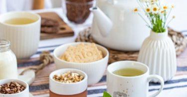 Petit déjeuner avec des céréales et biscuits bio à index glycémique bas, fabriqués en France