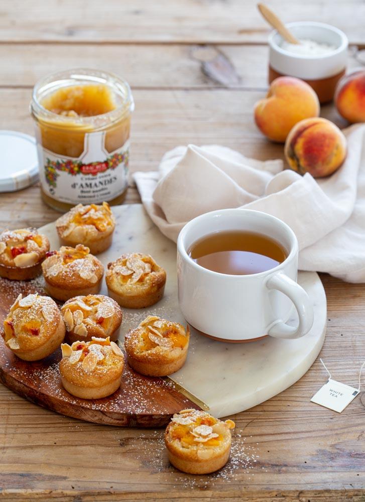 Mini-gâteaux financiers aux pêches, amandes et crème d'amande pour le goûter.