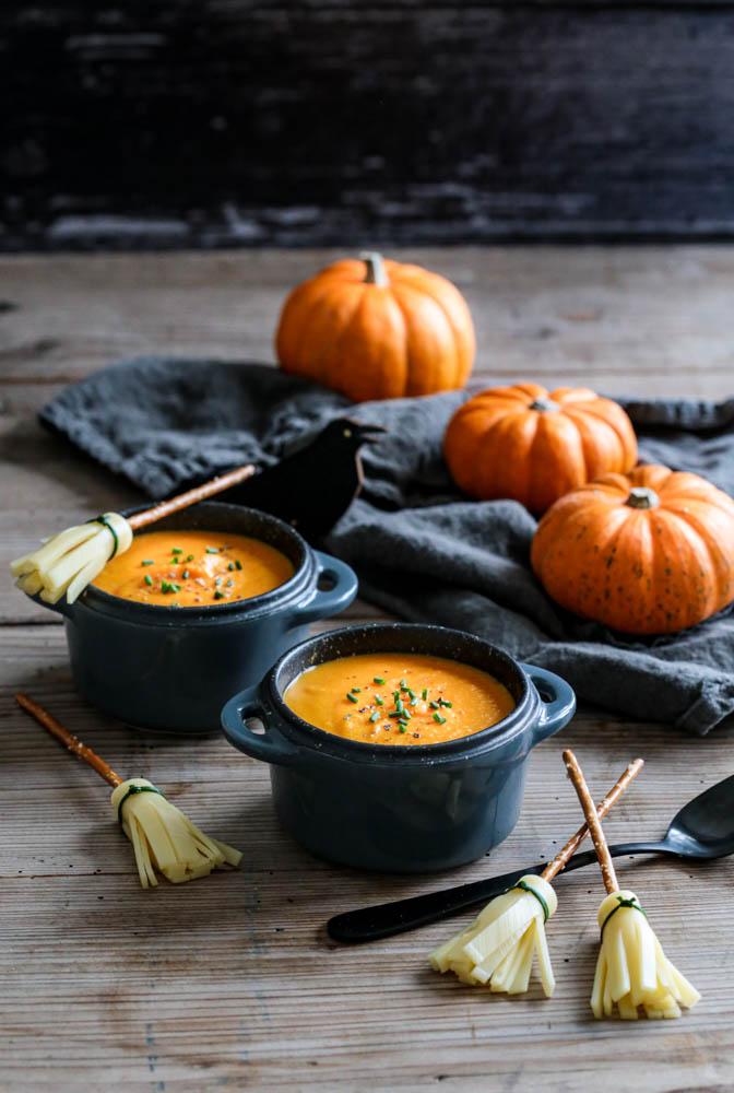 Velouté d'Halloween au potiron et balais de sorcière au fromage et bretzels