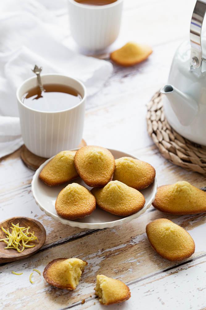 Madeleines au citron et au beurre avec une belle bosse.