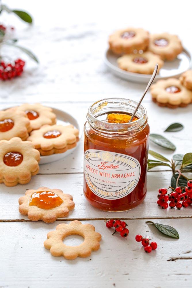 Pot de confiture d'abricot à l'armagnac de la marque Tiptree pour garnir les biscuits sablés.