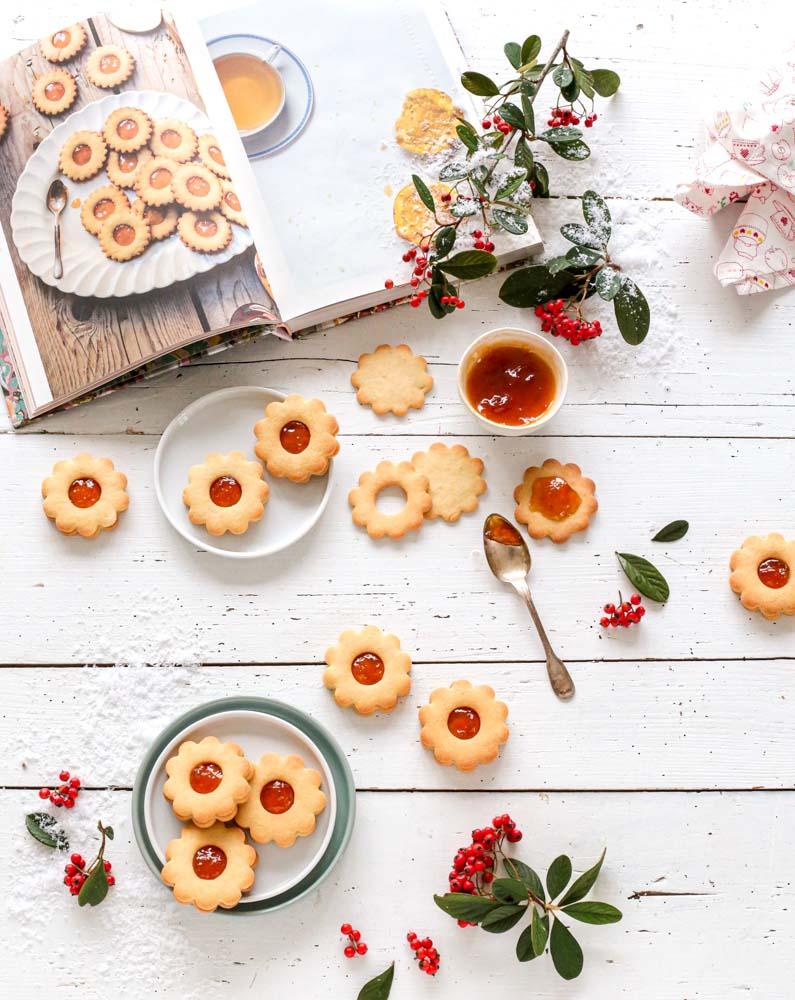 Vue de dessus de biscuits sablés garnis à la confiture d'abricot à l'armagnac pour les fêtes de noël.